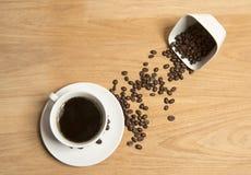 Café con los granos de café Imágenes de archivo libres de regalías