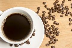 Café con los granos de café Fotos de archivo libres de regalías