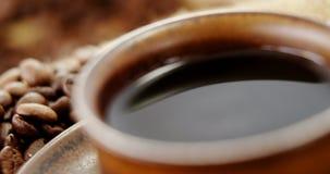 Café con los granos de café asados almacen de video