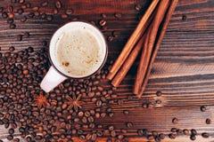 Café con los granos y el canela de café Foto de archivo libre de regalías
