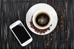 Café con los granos y smartphone de café Fotografía de archivo