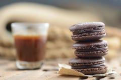 Café con los macarrones del chocolate foto de archivo
