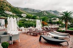 Café con los sunbeds y Mountain View Imagen de archivo libre de regalías