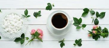 Café con melcochas y una rosa foto de archivo libre de regalías