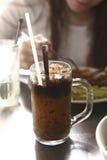 Café congelado com leite e palha de gelo na caneca de vidro foto de stock royalty free