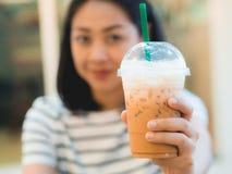 Café congelado da bebida da mulher no café fotografia de stock