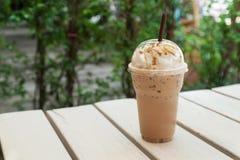 Café congelado no copo plástico Imagens de Stock