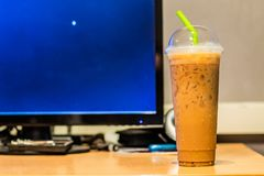 Café congelado no filtro da tabela do computador imagens de stock royalty free