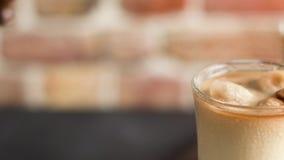 Café congelado nos frascos de vidro filme
