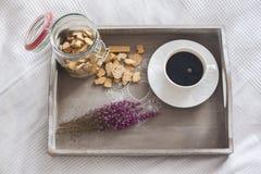 Café, cookies, charneca na bandeja Imagem de Stock