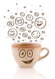 Café-copo com mão marrom as caras felizes tiradas do smiley Fotografia de Stock