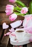 Café, corações e tulipas Fotos de Stock Royalty Free