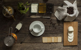 Café, crema, miel, atasco, mozzarella y galletas en la OPINIÓN SUPERIOR del fondo de madera Foto de archivo