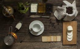 Café, creme, mel, doce, mussarela e biscoitos na OPINIÃO SUPERIOR do fundo de madeira Foto de Stock