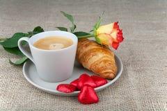 Café, croissants, chocolat de coeur, roses Image stock