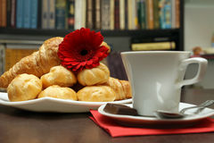Café, croissants et livres Photographie stock libre de droits