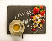 Café, cucharilla y postre con la fruta Imágenes de archivo libres de regalías