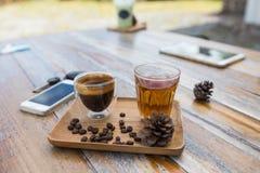 Café d'égouttement et thé chaud Image stock