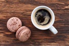 Café d'Americano avec des macarons Photos stock