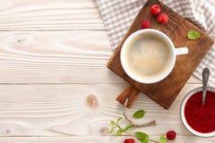 Café d'Americano avec les croissants et la confiture Photo stock