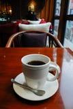 Café d'Americano dans une tasse sur la table en bois Images stock