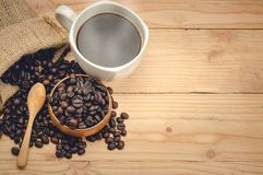 café d'americano et grains de café sur la table en bois Image libre de droits