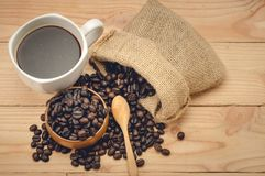 café d'americano et grains de café sur la table en bois Photo stock