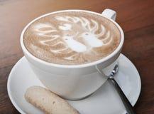 Café d'art de Latte avec deux oiseaux modèle et biscuit Photos libres de droits