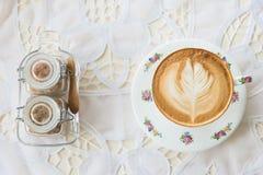 Café d'art de latte de vintage sur la table avec du sucre Image stock