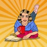 Café d'Art Young Smiling Woman Drinking de bruit et livre de lecture illustration de vecteur