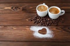 Café d'expresso avec le coeur en poudre par sucre Photos stock