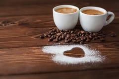 Café d'expresso avec le coeur en poudre par sucre Image libre de droits