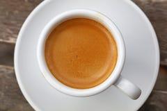 Café d'expresso dans la fin blanche de tasse vers le haut de la vue supérieure Photographie stock