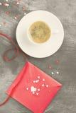 Café d'expresso dans une tasse blanche, lettre d'amour sur un fond foncé Photographie stock libre de droits