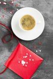Café d'expresso dans une tasse blanche, lettre d'amour sur un fond foncé Image libre de droits