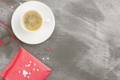 Café d'expresso dans une tasse blanche, lettre d'amour sur un fond foncé Photographie stock