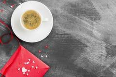 Café d'expresso dans une tasse blanche, lettre d'amour sur un fond foncé Images libres de droits