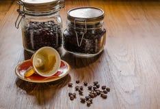 café d'expresso et grains de café rôtis dans le pot en verre photos libres de droits