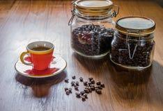 café d'expresso et grains de café rôtis dans le pot en verre photo stock