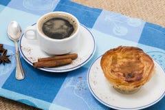 Café d'Expresso et pâtisserie de crème anglaise d'oeufs photos stock