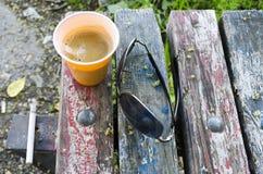 Café d'expresso sur le vieux banc en bois Photographie stock