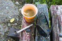Café d'expresso sur le vieux banc en bois Photos libres de droits