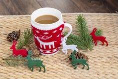 Café d'hiver dans une tasse de Noël avec des cerfs communs de Noël Image stock