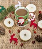 Café d'hiver dans une tasse de Noël avec des cerfs communs de Noël Photographie stock
