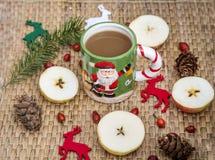 Café d'hiver dans une tasse de Noël avec des cerfs communs de Noël Photos stock