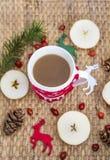 Café d'hiver dans une tasse de Noël avec des cerfs communs de Noël Images libres de droits