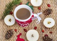 Café d'hiver dans une tasse de Noël avec des cerfs communs de Noël Photos libres de droits