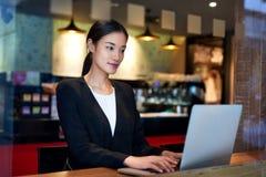 Café d'ordinateur portable de femme d'affaires Photographie stock libre de droits