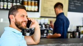 Café d'ordre de smartphone d'homme en café Concept de pause-café Heureux de vous entendre Le café emportent l'option pour les per image stock