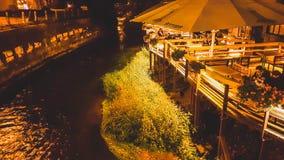 Café d'Uzupis près de rivière Vilnia, Vilnius images libres de droits
